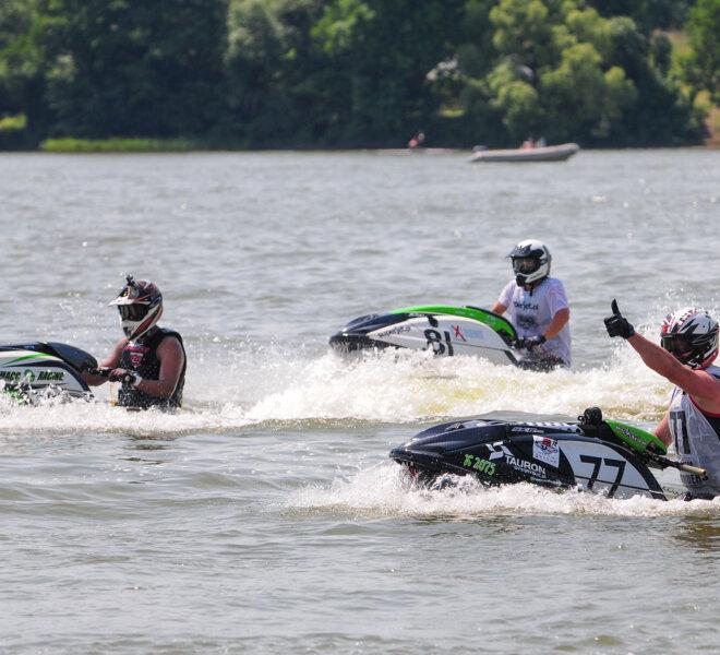 Zawodnicy na skuterach wodnych