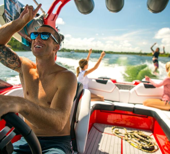 Pływanie łodzią motorową